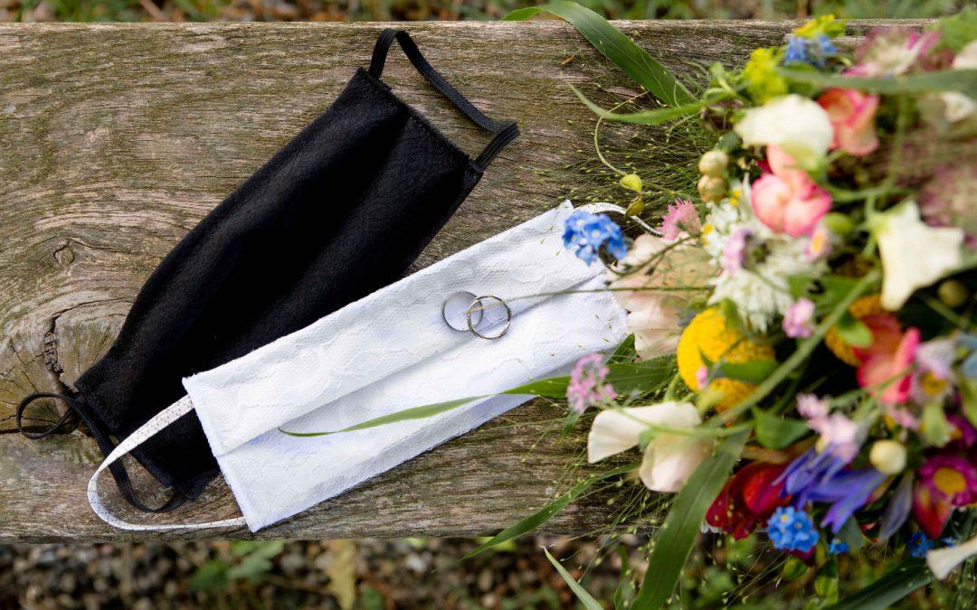 Corona Masken für Brautpaar mit Brautstrauß und Eheringen