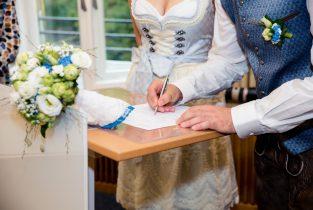Unterschrift bei standesamtlicher Trauung vom Brautpaar