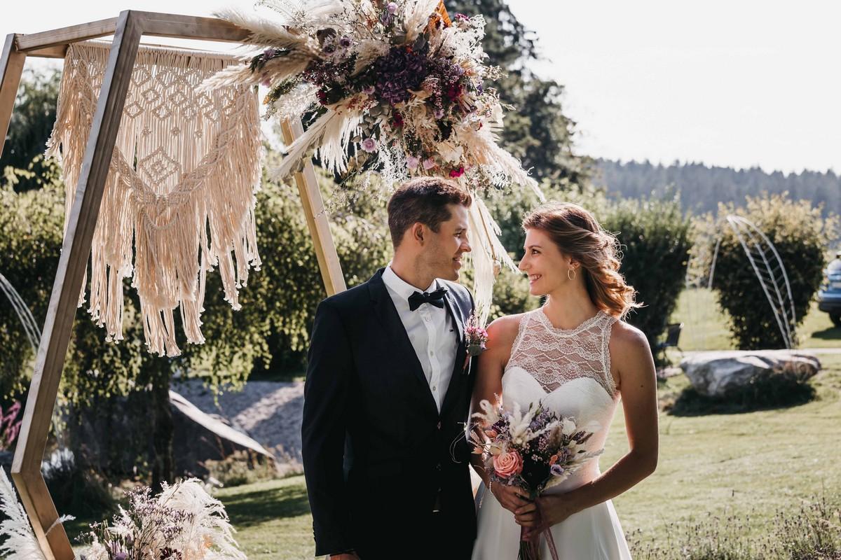 Traubogen für freie Trauung und Brautpaar am Draustoana Stadl